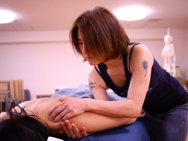 エサレンマッサージ 肩のディテールワーク